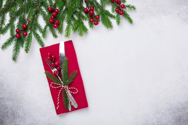 Weihnachtsgedeck mit tannenbaumast auf steinhintergrund