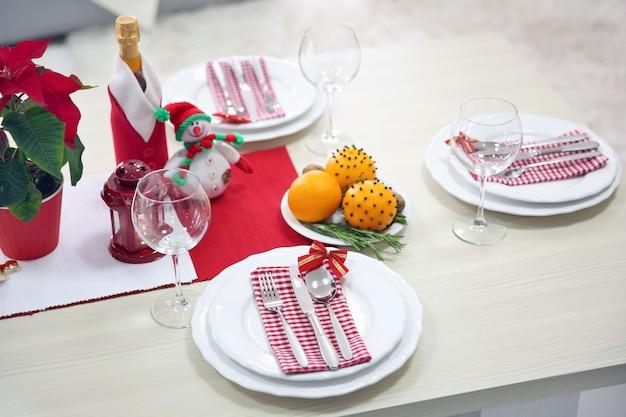 Weihnachtsgedeck mit weihnachtsdekoration
