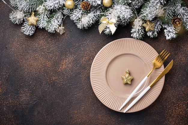 Weihnachtsgedeck und goldener dekor