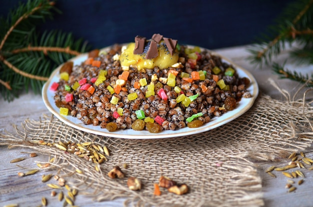 Weihnachtsgericht aus weizenkörnern und kandierten früchten. süßer pilaw mit getrockneten früchten.