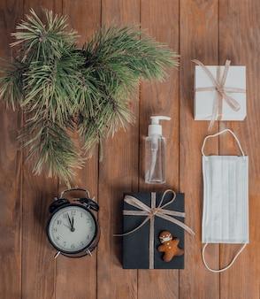 Weihnachtsgeschäft zusammensetzung geschenke schwarze und goldene dekorationen auf holzuntergrund