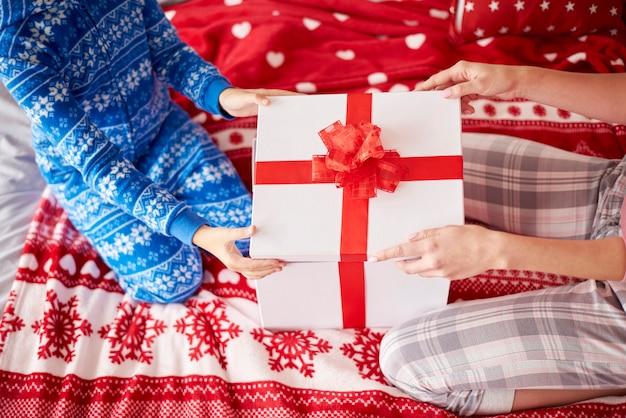 Weihnachtsgeschenk auf dem bett