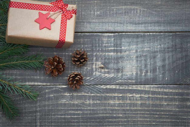 Weihnachtsgeschenk auf dem holz