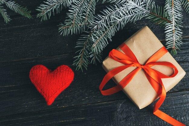 Weihnachtsgeschenk auf dem tisch mit weihnachtsbaumasten
