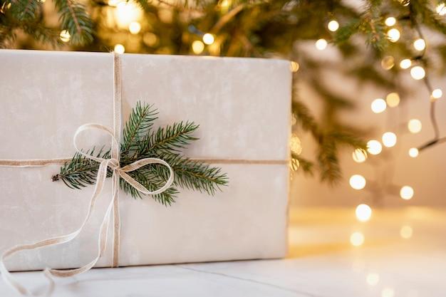 Weihnachtsgeschenk auf dem tisch
