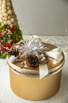 Weihnachtsgeschenk auf einem weißen holztisch.