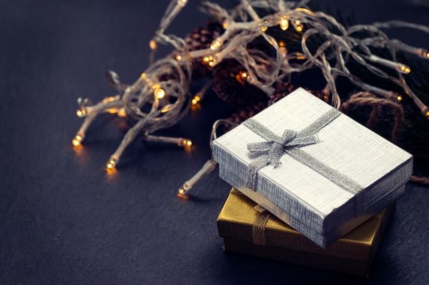Weihnachtsgeschenk auf schwarzem keramikhintergrund