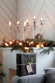Weihnachtsgeschenk auf sofa