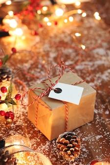 Weihnachtsgeschenk auf weihnachtsdekoration