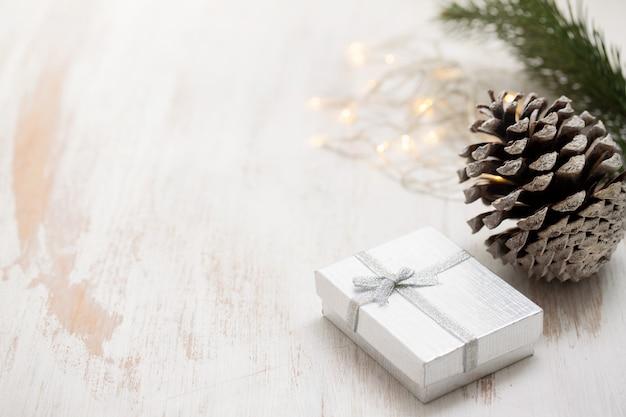 Weihnachtsgeschenk auf weißem hölzernem hintergrund
