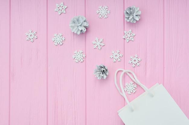 Weihnachtsgeschenk, das hintergrund einwickelt. flach mit weißem bastelpaket verlegen