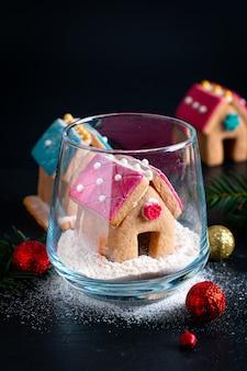 Weihnachtsgeschenk diy pastell weihnachtsplätzchen, lebkuchenhäuser und weihnachtsbaum für geschenk oder party