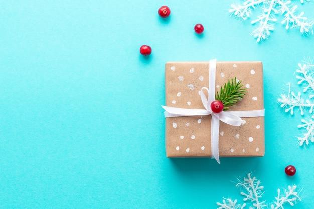 Weihnachtsgeschenk im weinlesestil auf einfarbigem blauem hintergrund