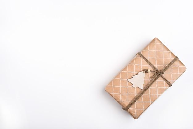 Weihnachtsgeschenk in bastelpapier auf weißem hintergrund die ansicht von oben layoutraum für text