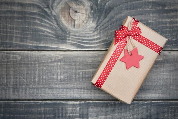 Weihnachtsgeschenk in grauem papier eingewickelt