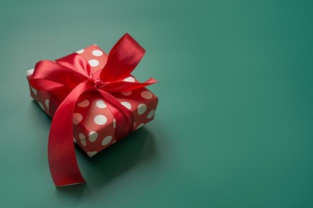 Weihnachtsgeschenk in roter und weißer verpackung mit tupfen