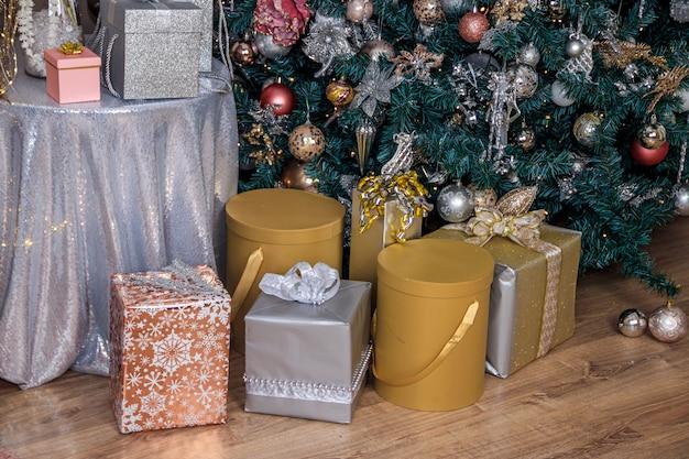 Weihnachtsgeschenk ist unter dem baum. neujahr und weihnachten. geschenk. zauber. geschenk verpackt. schönes paket. bogen auf dem paket.