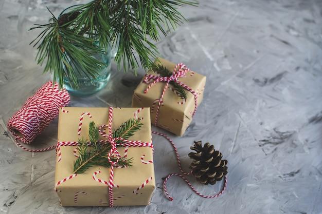 Weihnachtsgeschenk-kasten-dekor-natürliches dekor-neues jahr-partei-weinlese-kiefern-kegel-nuss-licht