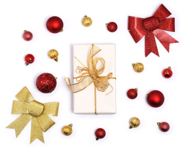 Weihnachtsgeschenk mit dekoration auf weiß