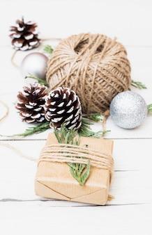 Weihnachtsgeschenk mit dekorationen einwickeln