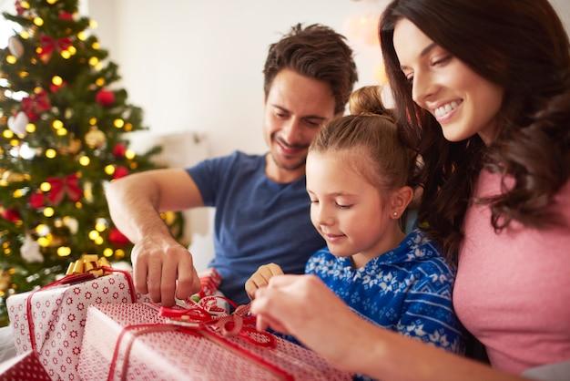Weihnachtsgeschenk mit den eltern eröffnen