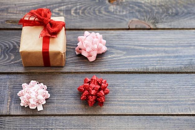 Weihnachtsgeschenk mit drei schleifen