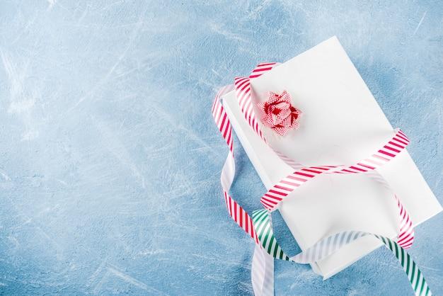 Weihnachtsgeschenk mit festlichem band