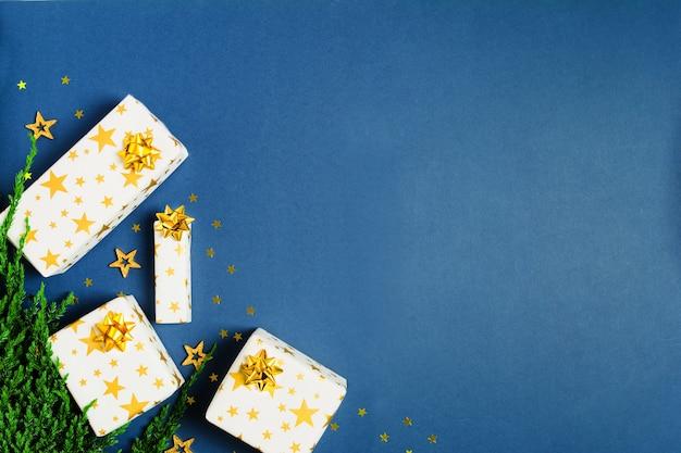 Weihnachtsgeschenk mit geschenkpapier mit sternen