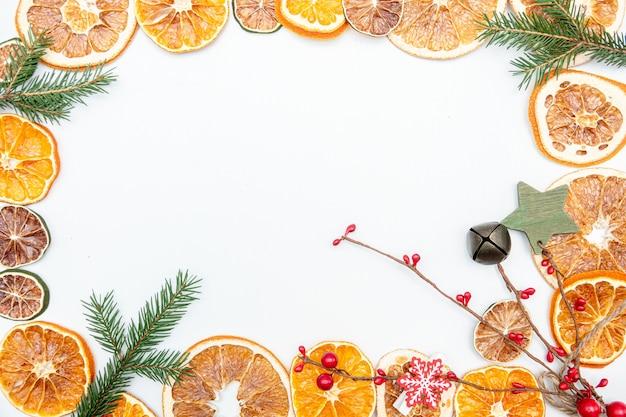 Weihnachtsgeschenk mit getrocknetem orange gold und roten kugeln bogen lokalisiert auf weißem hintergrund