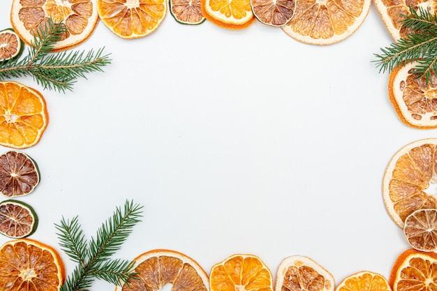 Weihnachtsgeschenk mit getrockneter orange lokalisiert auf weiß