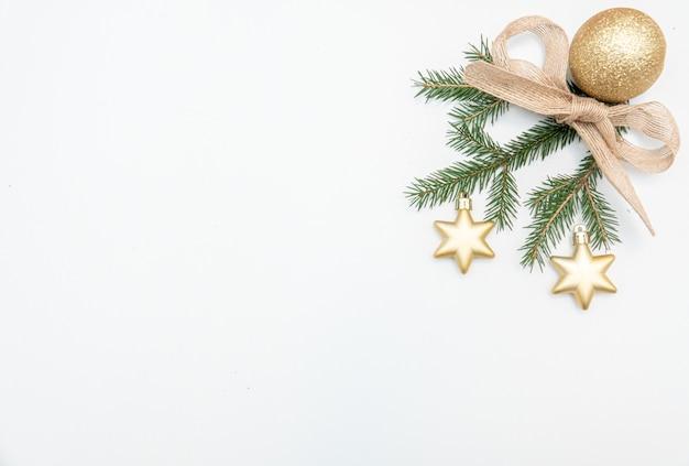 Weihnachtsgeschenk mit goldkugeln bogen lokalisiert auf weiß