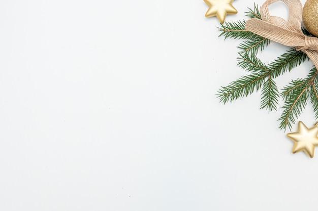 Weihnachtsgeschenk mit goldkugeln bogen lokalisiert auf weißem hintergrund
