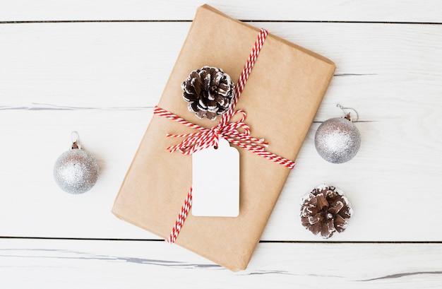 Weihnachtsgeschenk mit karte und dekorationen