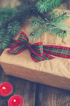 Weihnachtsgeschenk mit niedlichem band und kerzen