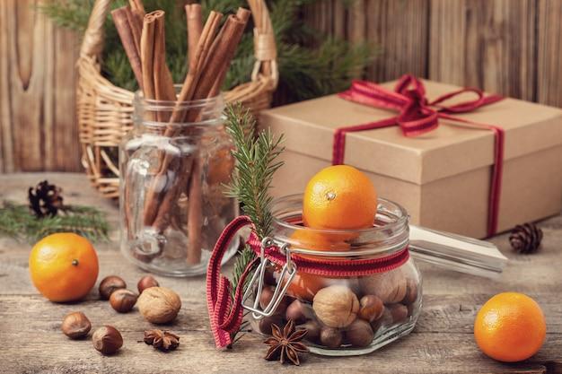 Weihnachtsgeschenk mit nüssen und mandarinen