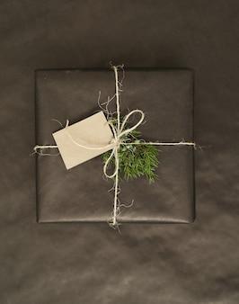 Weihnachtsgeschenk mit schwarz eingewickeltem papier