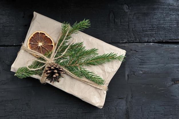 Weihnachtsgeschenk mit tannenzweig und kegel