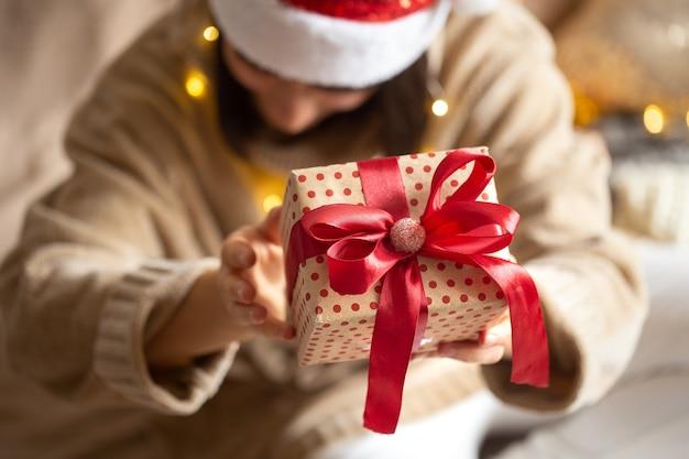 Weihnachtsgeschenk nah oben in den weiblichen händen