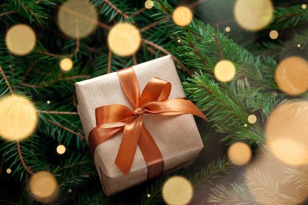Weihnachtsgeschenk oder geschenkbox verpacktes handwerk auf tannenzweigen
