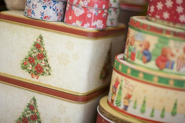 Weihnachtsgeschenk quadratische und runde schachtel nahaufnahme