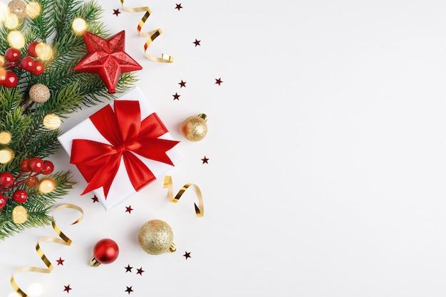Weihnachtsgeschenk, tannenzweige und weihnachtsschmuck. flache lage, draufsicht.