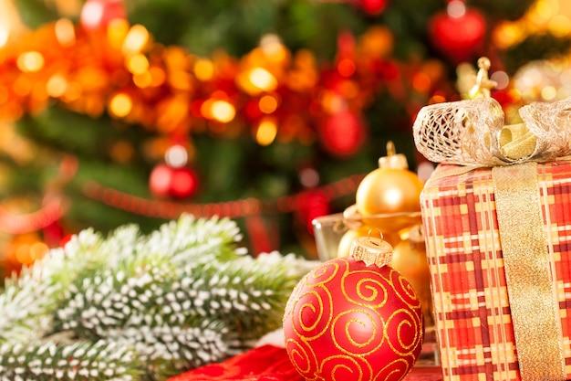 Weihnachtsgeschenk und ball gegen dekorationen
