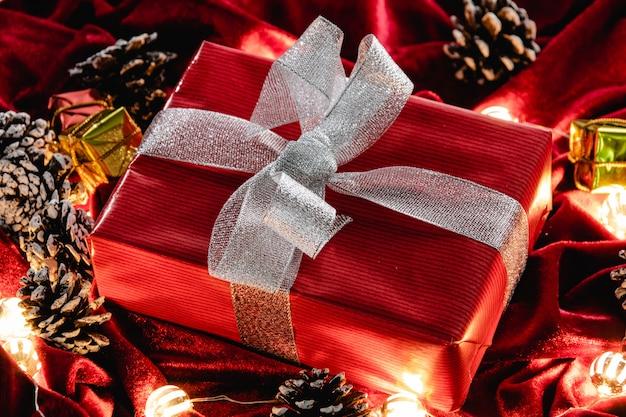 Weihnachtsgeschenk und dekoration auf rotem samt