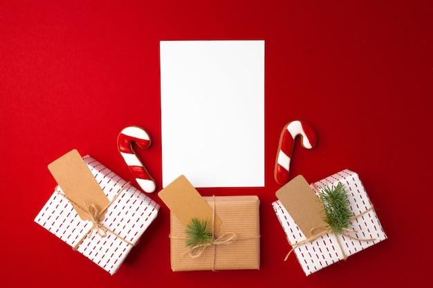 Weihnachtsgeschenk und lebkuchenplätzchen auf rot