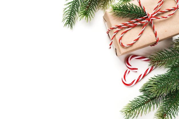 Weihnachtsgeschenk und süßigkeiten auf dem weißen tisch