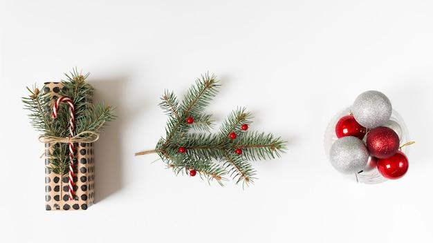 Weihnachtsgeschenk und traditionelle dekorationen in reihe