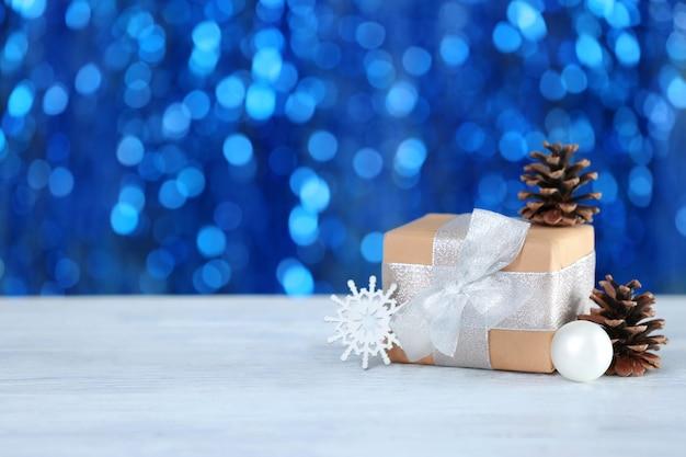 Weihnachtsgeschenk und verschwommene lichter im hintergrund