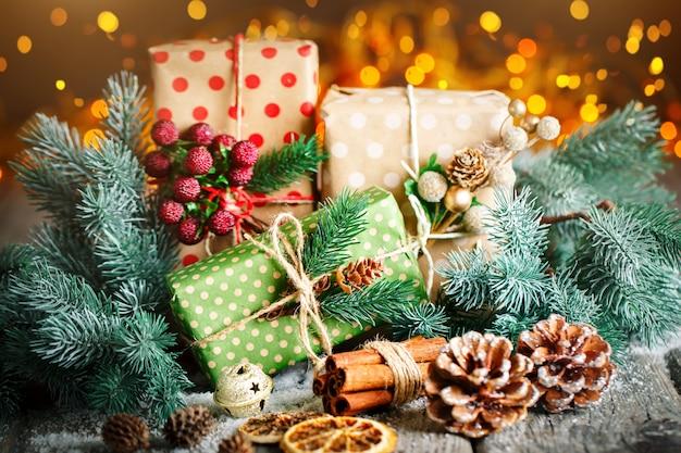Weihnachtsgeschenk und weihnachtsbaum auf dunklem hölzernem hintergrund
