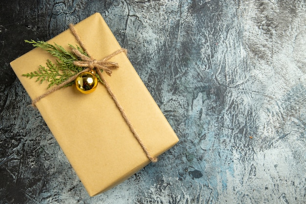 Weihnachtsgeschenk von oben auf grauer oberfläche