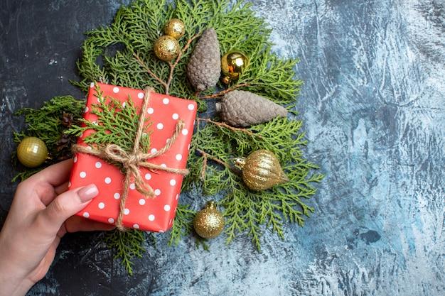 Weihnachtsgeschenk von oben mit grünem zweig und spielzeug